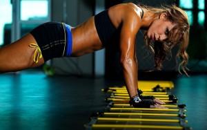 sexy pompki kobieta na siłowni. Trening siłowy dla kobiet!