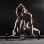 kobieta ze sztangą kobieta na siłowni. Trening siłowy dla kobiet!